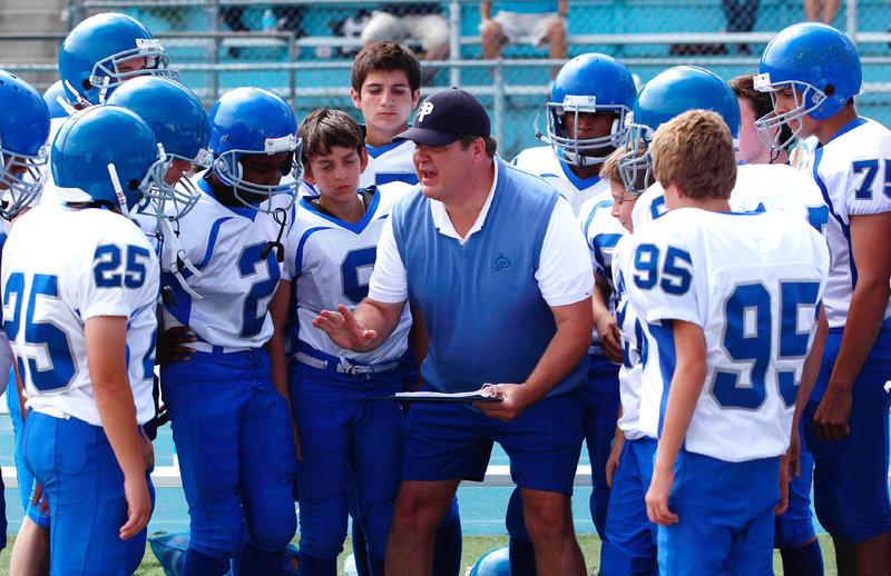 Cameron (Eric Stonestreet, M.) nimmt seine Tätigkeit als Football-Coach sehr ernst und hat sich in den Kopf gesetzt, der beste Trainer aller Zeiten zu werden. – Bild: © RTL NITRO