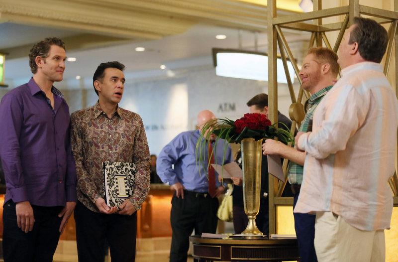 V.l.: Tim (Jeffrey Nicholas Brown), Langham (Fred Armisen), Mitchell (Jesse Tyler Ferguson), Cameron (Eric Stonestreet) – Bild: RTL NITRO / 20th Century Fox Television