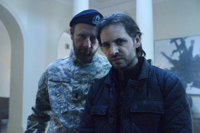 Colonel Jonathan Foster (Xander Berkeley, l.), James Cole (Aaron Stanford) – Bild: MG RTL D / © 2016 Universal Cable Productions, LLC All rights reserved