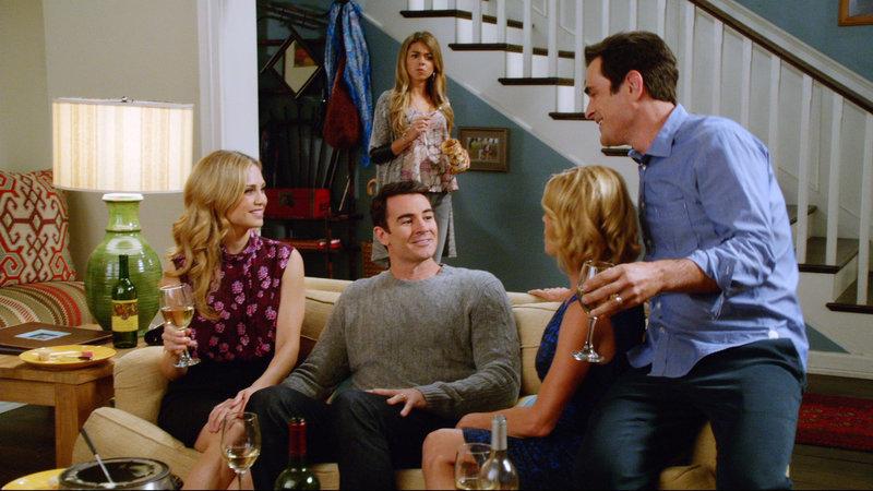 V.l.: Lisa (Fiona Gubelmann), George (Ben Lawson), Haley (Sarah Hyland), Claire (Julie Bowen), Phil (Ty Burrell) – Bild: RTL NITRO / FOX