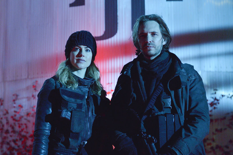 Cassandra Railly (Amanda Schull), James Cole (Aaron Stanford) – Bild: MG RTL D / © 2016 Universal Cable Productions, LLC All rights reserved