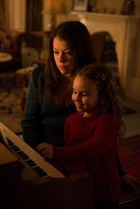 Sarah (Tatiana Maslany) und ihre Tochter Kira (Skyler Wexler) – © ZDF und Christos Kalohoridis