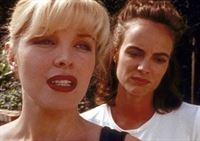 Die beiden Freundinnen Barbara (Jayne Heitmeyer, l.) und Ady (Michelle Johnson, r.) umgibt ein tödliches Geheimnis. – © TM & © 2001 Metro-Goldwyn-Meyer Studios Inc. All Rights Reserved. Lizenzbild frei