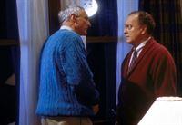 Stan (Michael Gross, l.) versucht, seinem Freund Henry (Jeremy Hart, r.) klarzumachen, dass sich die Sonne in eine Nova verwandelt haben muss. – © TM & © 2001 Metro-Goldwyn-Meyer Studios Inc. All Rights Reserved. Lizenzbild frei
