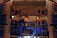 Die Wissenschaftlerin Dr. Warfield (Peri Gilpin) unternimmt einen Selbstversuch, um herauszufinden, ob das Bewusstsein des Menschen noch in einer anderen Dimension existiert. – © TM & © 2001 Metro-Goldwyn-Meyer Studios Inc. All Rights Reserved. Lizenzbild frei