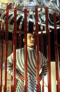 Der Kampfsportler Tanner Brooks (Adrian Pasdar) lässt sich auf gefährliche Experimente ein, um seine Reaktionsfähigkeit zu verbessern. – © TM & © Metro-Goldwyn-Meyer Studios Inc. All Rights Reserved. Lizenzbild frei