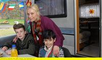 """ARD/NDR DIE PFEFFERKÖRNER FOLGE 134, """"Campingfreunde"""", am Samstag (29.11.14) um 09:00 Uhr im ERSTEN. Niklas (Jaden Dreier, links), seine Mutter Janin (Lotta Doll) und Luis (Emilio Sanmarino) freuen sich, dass Janins Unschuld endlich bewiesen ist. – © NDR/Romano Ruhnau"""