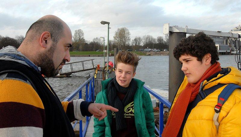 Erol (Özgür Karadeniz, links) will von seinem Sohn Anton (Danilo Kamber, rechts) wissen, woher er Niklas (Jaden Dreier) eigentlich kennt. – Bild: ARD