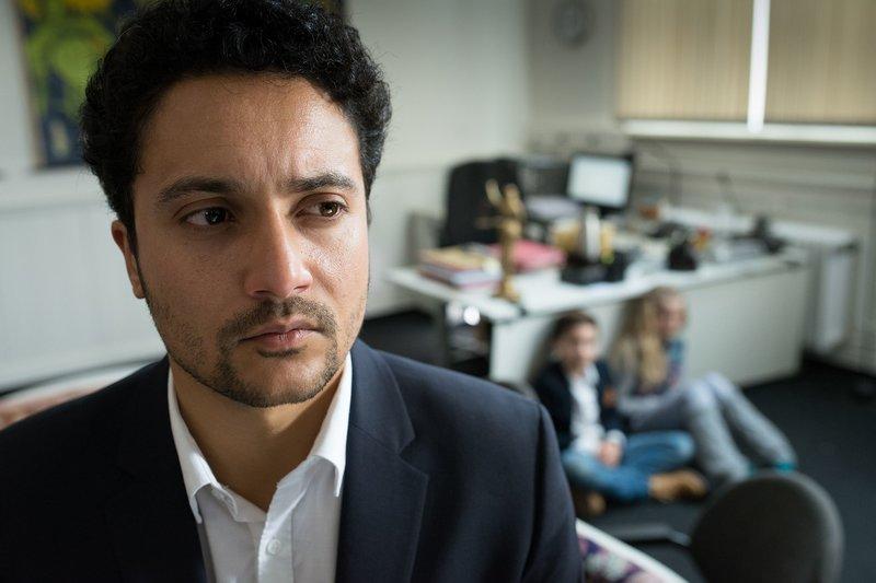 Aram Askarian (Omar El-Saeidi) hat Ramin (Jann Piet) und Stella (Zoë Malia Moon) als Geiseln genommen. – Bild: NDR/Boris Laewen