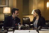 Kate Moretti (Rachael Leigh Cook) hat den charmanten Dr. Hutchins (Reid Scott) aufgesucht. Möglicherweise kann er bei den Ermittlungen helfen. – © VOX