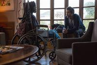 Dr. Daniel Pierce (Eric McCormack) befragt Gabrielle Blair (Enisha Brewster), eine ehemalige Kriegsveteranin. Angeblich hat sie ihre Stimme verloren. Doch der Neurowissenschaftler findet einen Weg, um mit ihr zu kommunizieren. – © VOX/ABC Studios