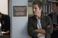 Dr. Daniel Pierce (Eric McCormack) wird aus seiner Vorlesung gerufen, weil ein Amtsrichter erstochen aufgefunden wurde. – © VOX/ABC Studios