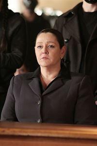 Control (Camryn Manheim) verweigert bei der gerichtlichen Anhörung die Aussage und riskiert damit, hingerichtet zu werden. – © RTL
