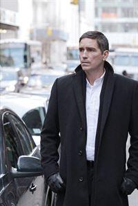 Reese (Jim Caviezel) sucht nach Finch, der von Greer festgehalten wird. – © RTL