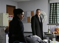 Während Finch verschwunden bleibt, müssen Sam Shaw (Sarah Shahi) und Reese (Jim Caviezel) sowohl sich selbst, als auch Finchs Verlobte Grace Hendricks vor Decima verstecken. – © RTL