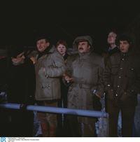 Von links im Vordergrund: Moosgruber (Max Grießer), Hans Heinrich (Dieter Eppler), Franz Schöninger (Walter Sedlmayr), Karli (Philip Seiser). – © BR/Neue Münchner Fernsehproduktion