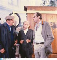 """Von links: Drei Rentner (Karl Tischlinger, Josef Glas, Gert Wiedenhofen) unterhalten sich über die """"Wohnung"""" im Park. – © BR/Neue Münchner Fernsehproduktion"""