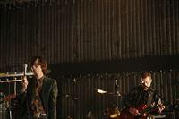 Beck, Jarvis Cocker und Jamie Lidell spielen live in einem Londoner Studio - ohne Publikum, Moderationen und Interviews. Die Kamera umfährt die Künstler und betrachtet das Geschehen und ermöglicht somit dem TV-Zuschauer einen intensiven unverstellten Blick. – © From The Basement TV Ltd. 2007 Lizenzbild frei