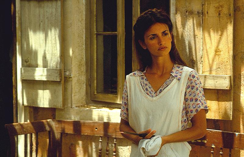 Pelagia (Penélope Cruz) muss wohl oder übel dulden, dass ihr Vater einem italienischen Offizier ein Zimmer in ihrem Haus als Quartier anbietet ... – Bild: Puls 4