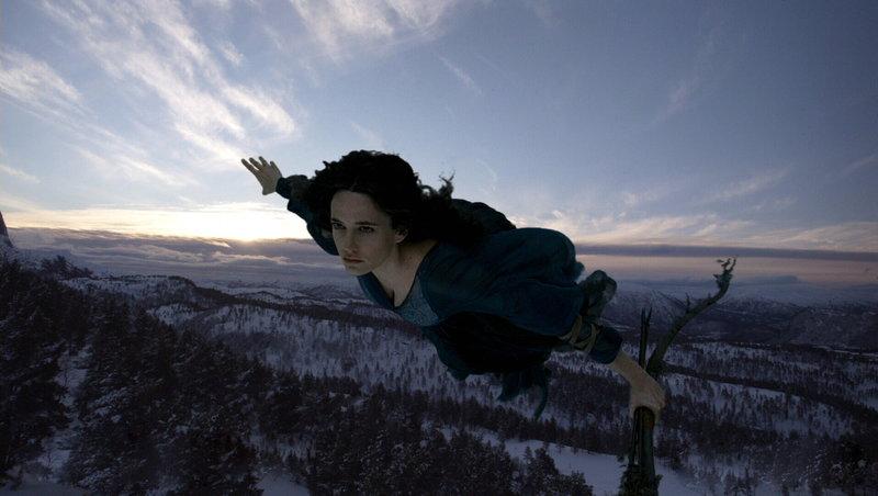 Die Hexe Serafina Pekkala (Eva Green), kommt einem Mädchen zu Hilfe, dass die Macht haben könnte, das Schicksal der Welt zu verändern ... – Bild: ProSieben Media AG © Warner Bros.