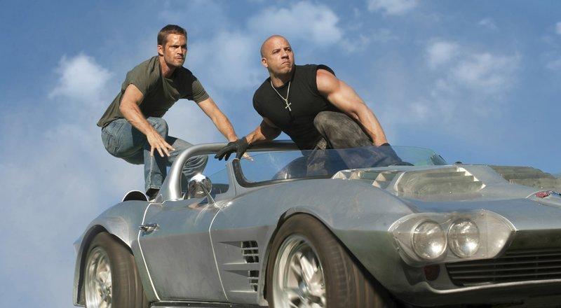 """Der ehemalige FBI Beamte Brian O'Conner (Paul Walker, l.) und der professionelle Verbrecher Dominic Toretto (Vin Diesel, r.) wollen den berüchtigten Drogenbaron Hernan Reyes um 100 Millionen Dollar erleichtern und riskieren dafür alles ... – Bild: ProSieben Media AG """" quelltext="""