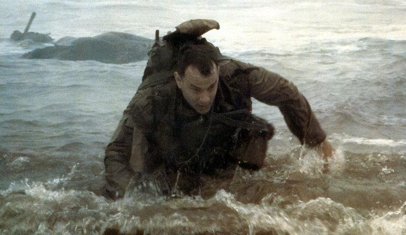 6. Juni 1944. Captain John Miller (Tom Hanks) wird mitten in die Schlacht geschickt, die an der französischen Normandieküste Mitte 1944 tobt. Sein Auftrag lautet: Er soll einen Soldaten finden und ihn zurück nach Amerika bringen, weil dieser der einzige von vier Brüdern ist, der noch nicht gefallen ist ... – Bild: ProSieben Media AG © United International Pictures
