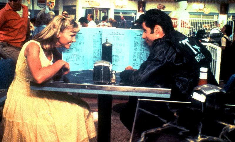 In den Sommerferien lernen sich die süße Sandy (Olivia Newton-John, l.) und der coole Danny (John Travolta, r.) kennen und lieben ... – Bild: ProSieben Media AG © Paramount Pictures
