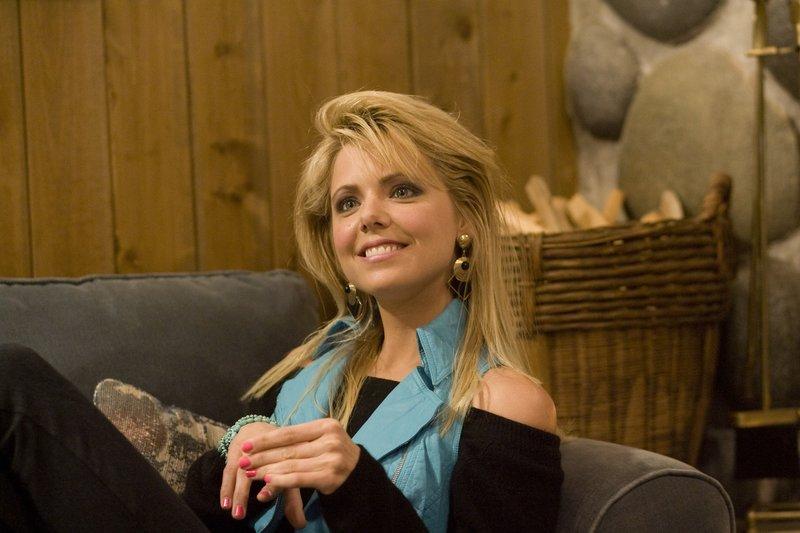 Kann ein Geheimnis sehr lange bewahren: Adams Schwester Kelly (Collette Wolfe) ... – Bild: ProSieben Media AG © 2010 Twentieth Century Fox
