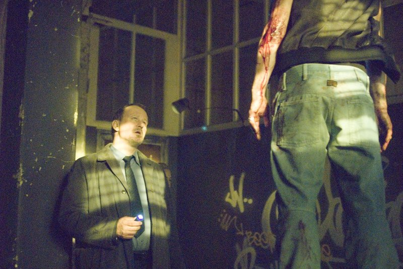 Ein grausames Bild: Selbst der erfahrene Detektiv Eddie (Stellan Skarsgard) ringt um Fassung ... – Bild: ProSieben Media AG © Square One Entertainment GmbH & Co.KG