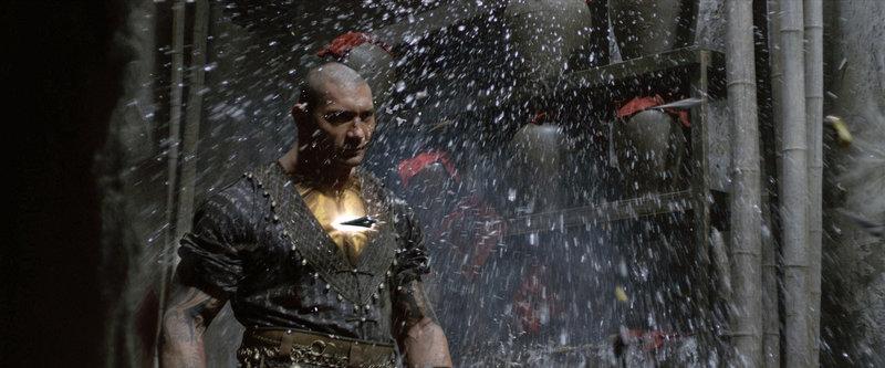Auf der Suche nach den Mördern seines Vaters wird Zen Yi bei seiner Ankunft in Jungle Village von Brass Body (David Bautista) geschlagen, dabei wird auch seine wichtige Rüstung zerstört ... – Bild: ProSieben Media AG © Universal Pictures