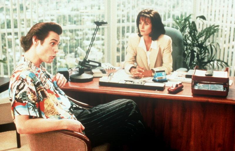 Ace Ventura (Jim Carrey, l.) bekommt von der jungen Marketingchefin Melissa (Courteney Cox, r.), eine harte Nuss zu knacken: Ein Delphin ist entführt worden ... – Bild: ProSieben Media AG © Warner Bros.