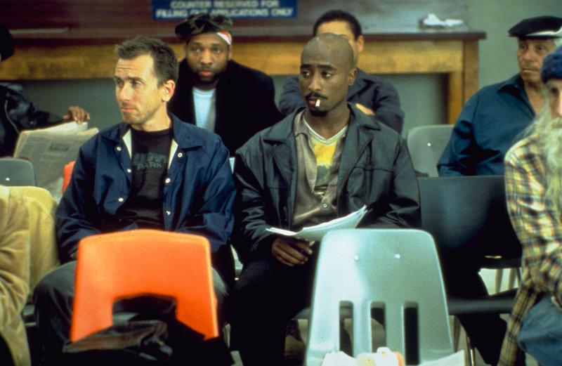 Spoon (Tupac Shakur, vorne r.) kann seinen besten Freund Stretch (Tim Roth, l.) dazu überreden, mit ihm zusammen einen Entzug zu machen ... – Bild: ProSieben Media AG © Universal Pictures