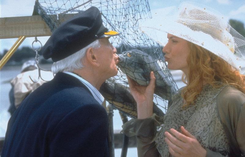 Statt verführerischer Lippen (Kelly Lynch. r.) küsst der fast blinde Millionär Mr. Magoo (Leslie Nielsen, l.) einen toten Fisch, denn er weigert sich, eine Brille zu tragen ... – Bild: ProSieben Media AG © Walt Disney Pictures