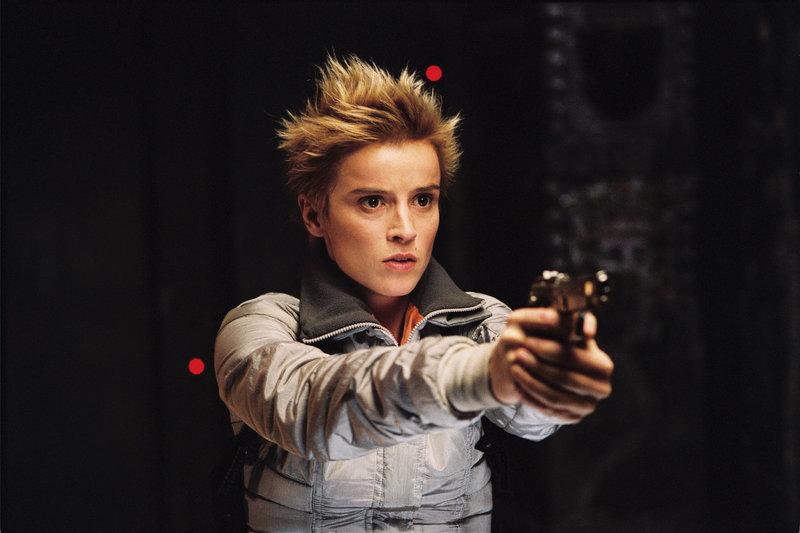 Adele (Agathe de La Boulaye) gerät zwischen die mörderischen Fronten von Aliens und Predatoren, die 700 Meter unter der Erdoberfläche einen brutalen Krieg führen ... – Bild: ProSieben Media AG © 2004 Twentieth Century Fox Film Corporation. All rights reserved.