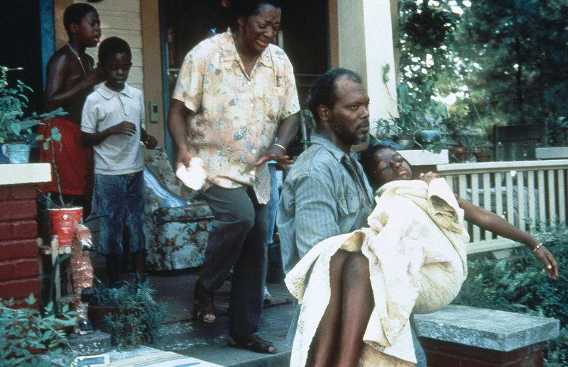Als Carl Lees (Samuel L. Jackson, 2.v.r.) erfährt, dass seine Tochter Tonya (Rae'ven Kelly, r.) vergewaltigt wurde, rastet er völlig aus ... – Bild: ProSieben Media AG © Warner Bros.