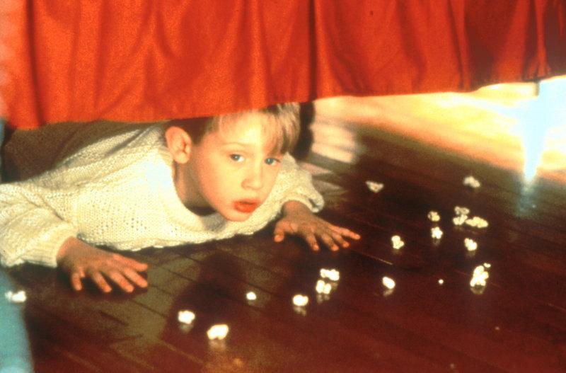 Kevins (Macaulay Culkin) Freude über die sturmfreie Bude ist nur von kurzer Dauer. Denn das Einbrecherpärchen Harry und Marv wittert eine günstige Gelegenheit ... – Bild: ProSieben Media AG © 20th Century Fox Film Corporation