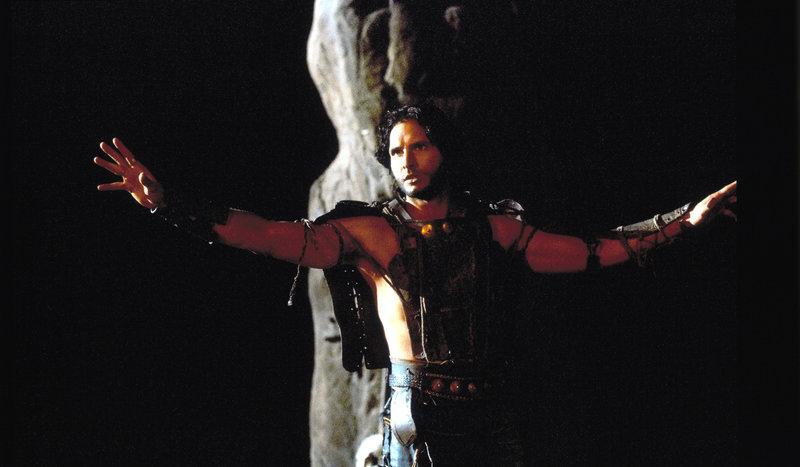 Als Sohn von König Pheron sollte sich Takmet (Peter Facinelli) gegen Memnon stellen, doch der habgierige Prinz wird vom Luxus des Herrschers von Gomorrha verführt ... – Bild: ProSieben Media AG © 2002 Universal Studios. All rights Reserved.