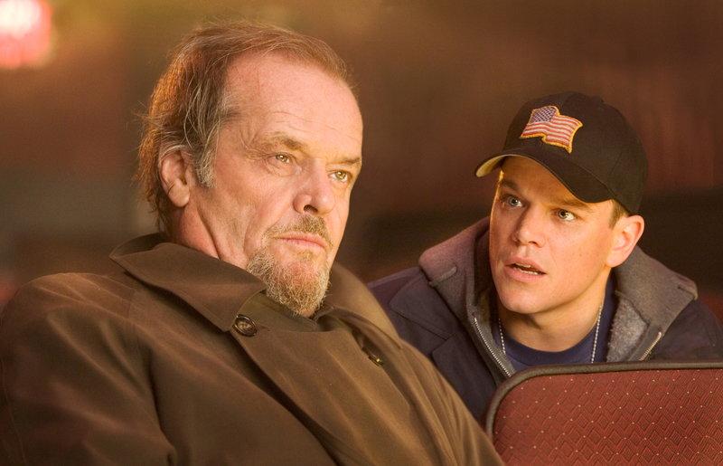 Dem irischen Gangsterboss Costello (Jack Nicholson, l.) gelingt es, den hartgesottenen jungen Kriminellen Colin Sullivan (Matt Damon, r.) als Maulwurf in das Massachusetts State Police Department einzuschleusen. Allerdings ist das selbe Kunststück der Polizei mit Costellos Organisation geglückt ... – Bild: Puls 4