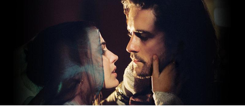 Während ihr Ehemann Guy de Lusignan an einen Krieg mit dem kurdischen Herrscher Saladin glaubt, schleicht sich Sibylla (Eva Green, l.) nachts zu Balian (Orlando Bloom, r.) ... – Bild: Puls 4
