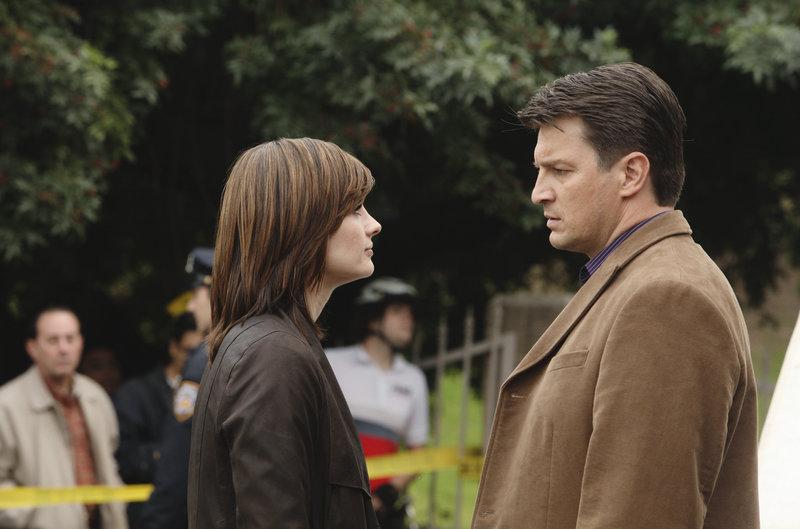 Richard Castle (Nathan Fillion, r.) fühlt sich verantwortlich dafür, dass das Leben von Kate Beckett (Stana Katic, l.) in Gefahr ist. – Bild: Puls 4
