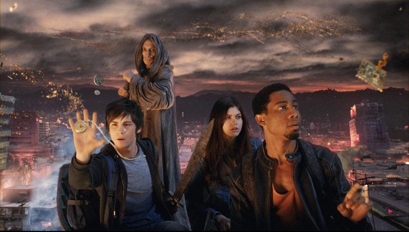 Charon, der Fährmann (Julian Richings) bringt Percy (Logan Lerman, l.), Grover (Brandon T. Jackson, r.) und Annabeth (Alexandra Daddario, 2.v.r.) mitten in die Unterwelt, wo die Höllenhunde und Hades sie schon erwarten ... – Bild: Puls 4
