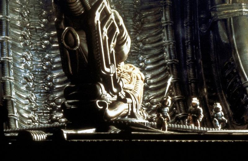 Im Innern des Raumschiffs befinden sich die Überreste eines riesigen fremden Wesens ... – Bild: Puls 4