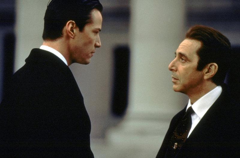 Ungerührt verlangt John Milton (Al Pacino, r.) von seinem neuen Schützling Kevin Lomax (Keanu Reeves, l.) bedingungslosen Einsatz, bis an die Grenzen menschlicher Belastbarkeit ... – Bild: Puls 4
