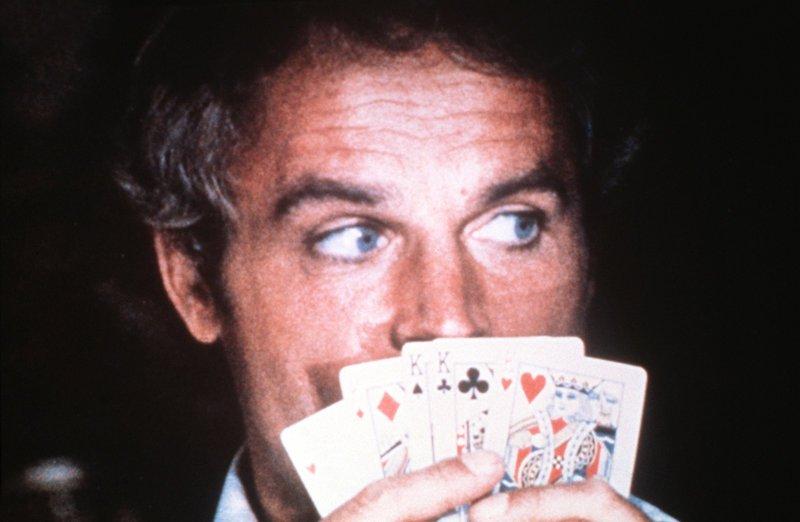 Johnny (Terence Hill) verfügt über ein fotografisches Gedächtnis, was ihm beim Glücksspiel sehr zu Gute kommt… – Bild: Puls 4
