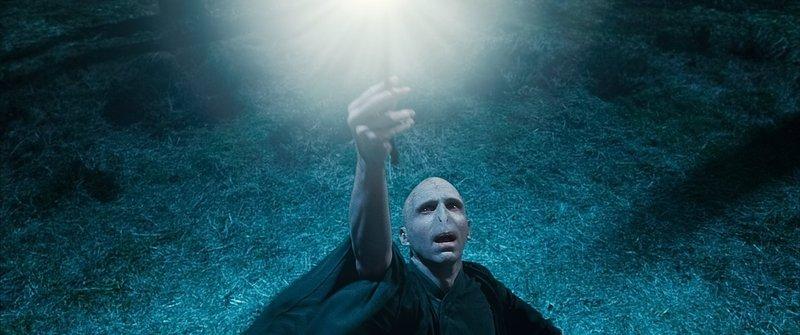 Während Harry und seine Freunde nach den Horkruxen suchen, um Lord Voldemort (Ralph Fiennes) zu schwächen, setzt dieser alles daran, seine Macht immer weiter auszubauen ... – Bild: Puls 4
