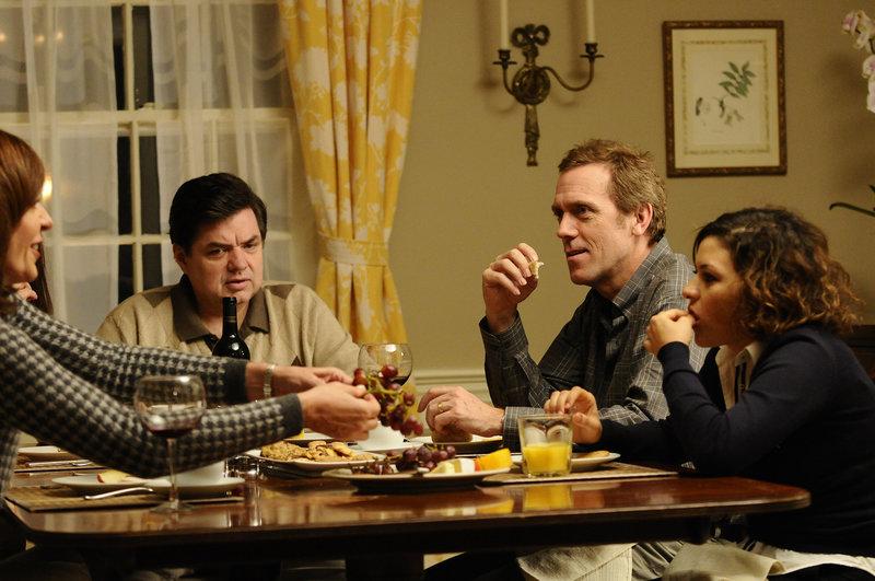 (v.l.n.r.) Die Familien Ostroff (Allison Janney, Oliver Platt) und Walling (Hugh Laurie, Alia Shwakat) sind seit langer Zeit Nachbarn in einer beschaulichen Reihenhaussiedlung am Orange Drive in einem gemütlichen Vorort von New Jersey. Bis sich die Tochter der Ostroffs in das Familienoberhaupt der Wallings verliebt ... – Bild: Puls 4