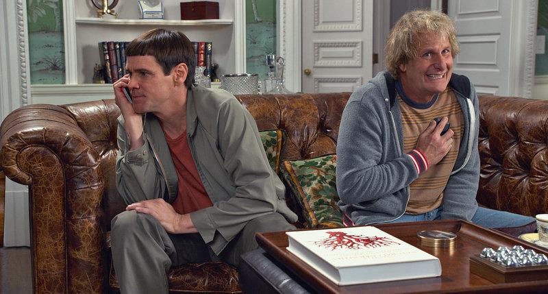Als Harry (Jeff Daniels, r.) ein schweres Nierenproblem plagt und er auf ein Spenderorgan angewiesen ist, machen sich er und Lloyd (Jim Carrey, r.) auf die Suche nach einem geeigneten Spender. Bis sie eine unerwartete Nachricht bekommen ... – Bild: Puls 4