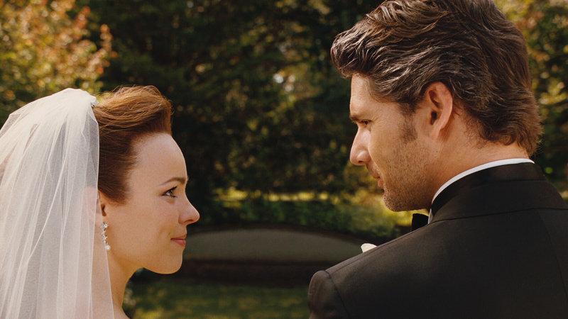 Ihr schönster Tag im Leben: Clare (Rachel McAdams, l.) und Henry Eric Bana, r.) heiraten .... – Bild: Puls 4