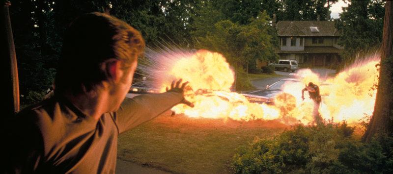 Angriff oder Selbstverteidigung? Pyro (Aaron Stanford,l.) greift die Polizisten an, die dazu angehalten sind gegen alle Mutanten vorzugehen - eine Tat, die das Vertrauen der Menschen in die Mutanten nicht gerade steigert ... – Bild: Puls 4