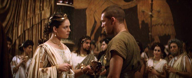 Während ihr Vater den Göttern den Kampf ansagt, zweifelt Andromeda (Alexa Davalos, l.) daran, ob das der richtige Weg ist und auch Perseus (Sam Worthington, r.) ahnt, dass die Taten des Königs nicht ungesühnt bleiben werden ... – Bild: Puls 4